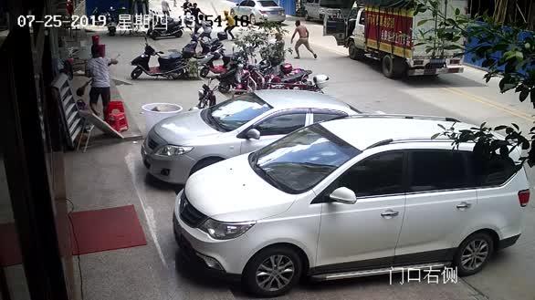 广西岑溪:路遇持刀伤人   四位热血市民挺身而出制服歹徒