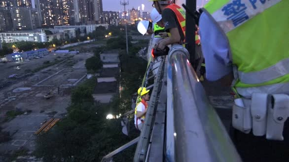 广东广州:4人被困60米高桥底5小时 消防到场架梯救出