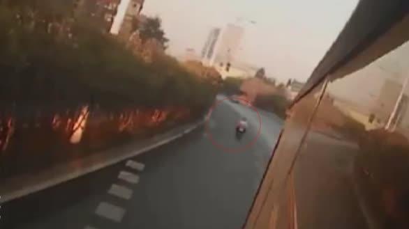 """电动车撞上公交车,情急之下居然用""""面刹""""..."""