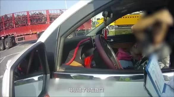 """拖拉机驾驶员高速开7座小车 """"更换""""驾驶员被当场查获"""