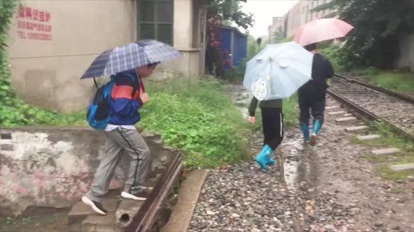 踩着铁道去上学,小学生:我太难了!