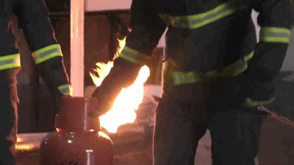 硬核答案:消防专门举办液化气爆炸试验回答是先关阀门还是先灭火!