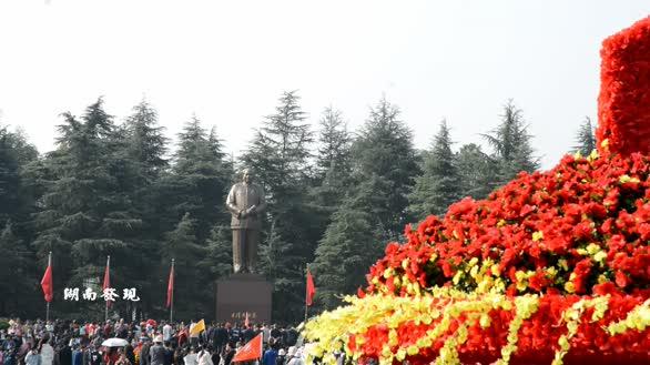 湖南韶山毛主席铜像广场巨大的花篮