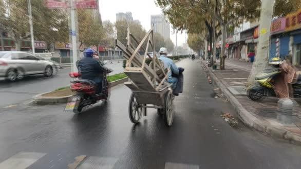 江苏淮安:男子图省事小推车捆上电动车一路跑