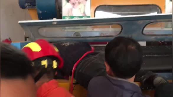 湖北崇阳:一工人手臂卷入机器 消防拆卸滚轴救出