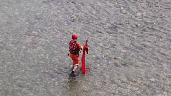 这个动作真暖!国旗被吹落河中 消防下河涉水将其捞出