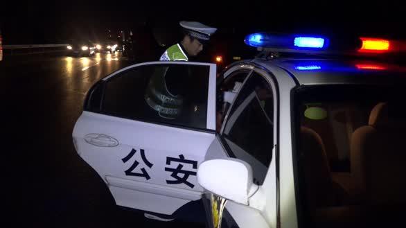 挖土机高速侧翻砸伤轿车司机 高速交警火速救人