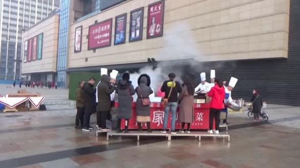 12名厨师用直径4米大锅炖一千多斤野生大鱼免费送给市民品尝!
