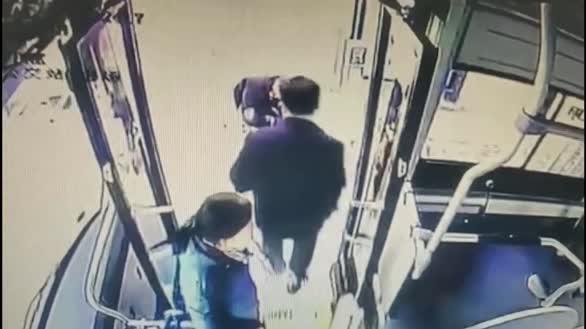 小伙手受伤乘公交时鞋带松开,贴心司机担心其摔倒蹲地为其系鞋带!