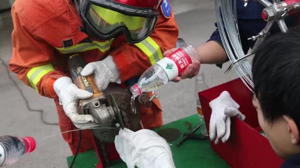 """螺丝帽""""咬手"""" 消防员用切割机近两小时为男子取下"""