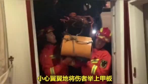 视频!九江一女子高处坠落重伤,消防员众人以人为梯将其救出