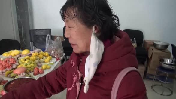 厉害了大妈!社区年关办百家宴,大妈们展示绝活儿蒸传统花馍花样繁多让人舍不得吃!