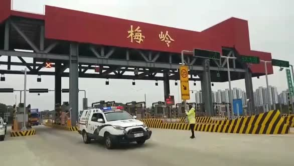 震撼!1000万物资驰援湖北,高速交警接力护送
