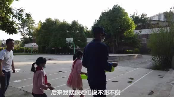 消防员为山区村小送水 学生含泪敬队礼