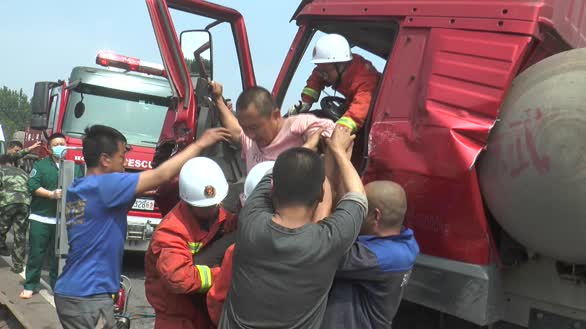 8辆半挂连环追尾 秦皇岛消防拖拽救援
