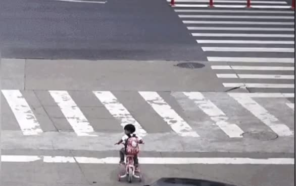 """委委屈屈!萌娃害怕打针,独自一人骑着小三轮上路""""离家出走"""""""