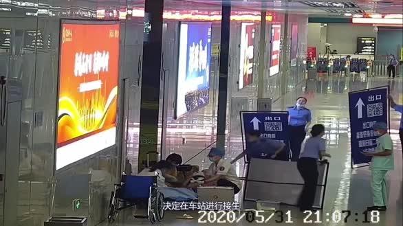 爱心接力,孕妇在柳州火车站出站通道顺利生产
