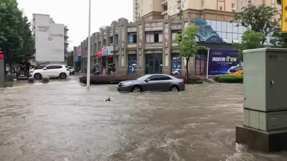 芜湖暴雨开启看海模式  马路成河街道被淹