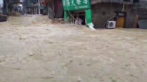 暴雨致贵州桐梓多地出现洪涝灾害消防员手托肩扛营救被困人员