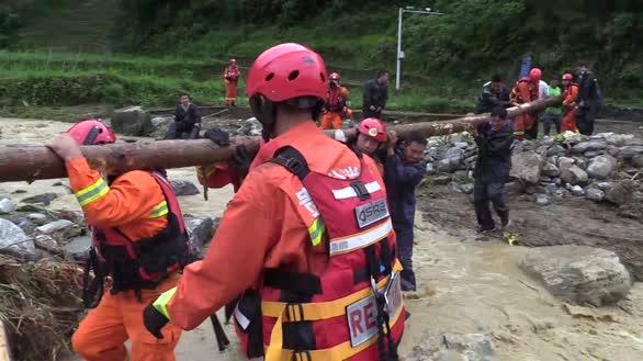 贵州芭蕉县洪灾严重 消防搬石扛树搭桥营救