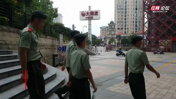 岳阳武警官兵和全军挂像英模张超父母一起过端午