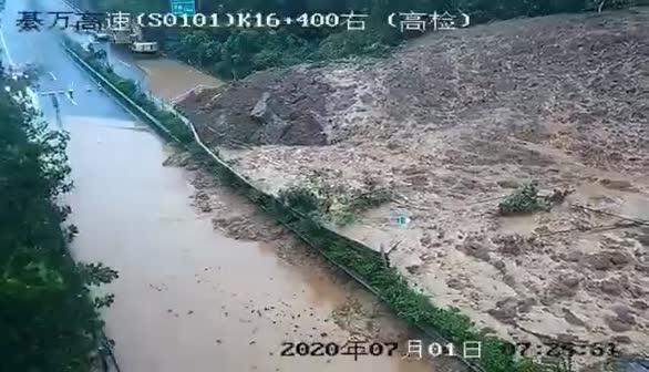 现场视频!綦万高速山体滑坡 泥土倾泻而下 阻断道路!