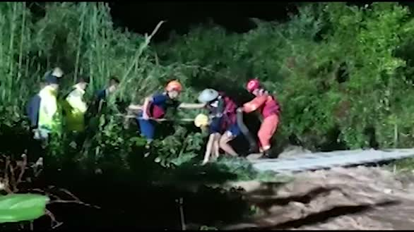 八旬老人被困孤岛消防紧急救援