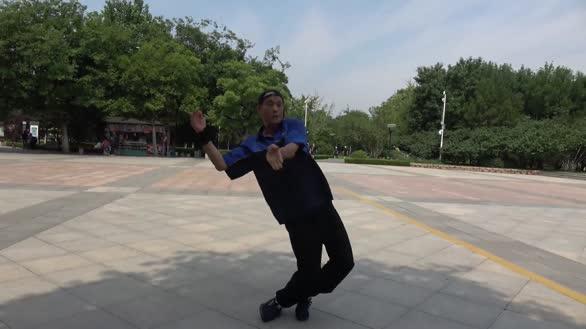 舞王来袭!修轮胎大叔手腕骨折不耽误跳舞 霹雳舞柔的让人羡慕