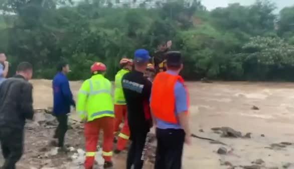 江西上饶:强暴雨来袭河水暴涨,消防紧急转移被困群众