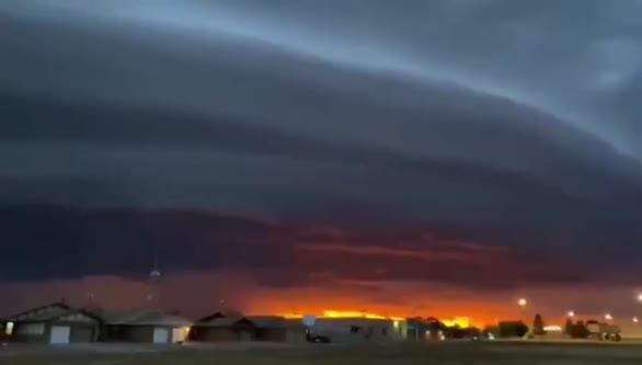 美国出现巨型圆盘状陆架云
