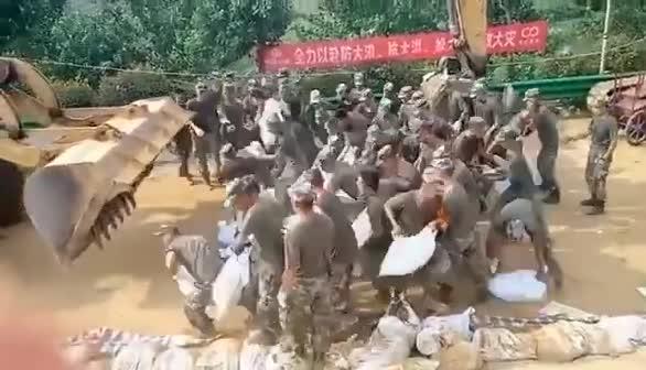 分秒必争!兵哥哥抗洪一线秒扛沙袋冲向大堤