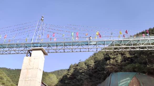 沁源夏季的故事 玻璃桥与美丽警华的潇洒
