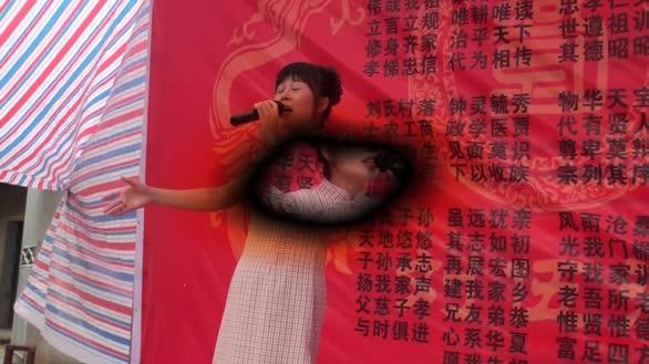 女歌手在乡村唱一首情歌 句句动听让大众陶醉