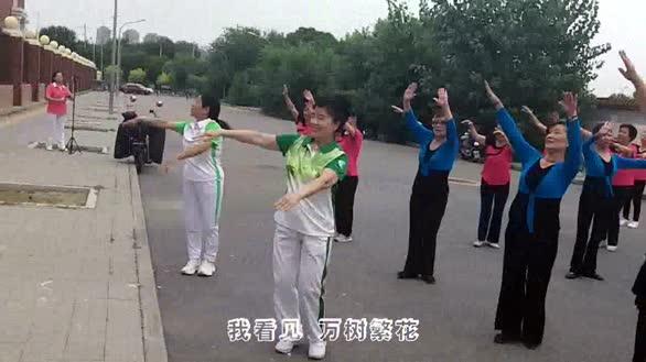 """大众广场舞《万树繁花》,庆祝""""8.8""""全民健身日"""
