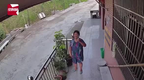 暖哭!奶奶与孙女通过监控分享生活日常