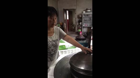 巴东县村民制作家乡土腊肉馅的浆粑粑 感受幸福生活