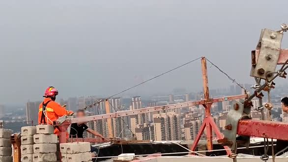 济南一男子爬楼顶讨薪欲跳楼 消防员飞身救人