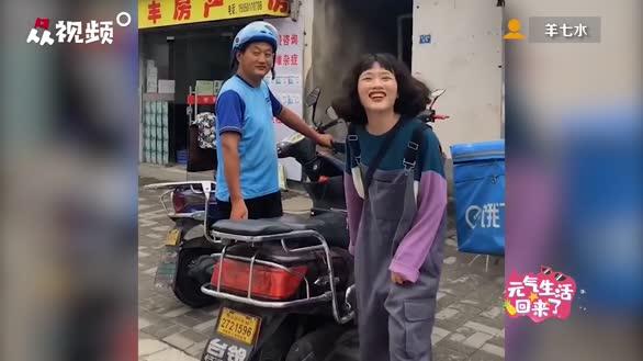 女孩街上随机找陌生人合影,路人反应超暖,网友看后直呼太治愈