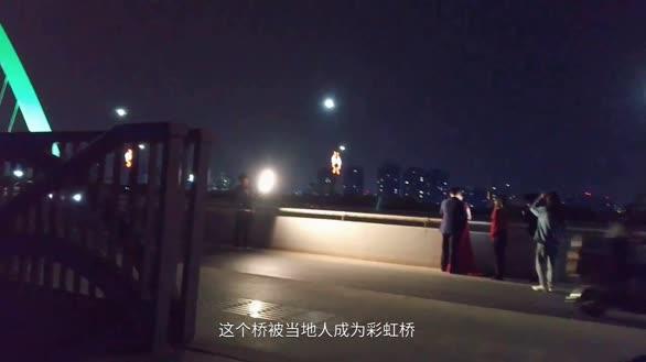 危险!新人无视身边车流,夜晚冒险在马路中间拍婚纱照!