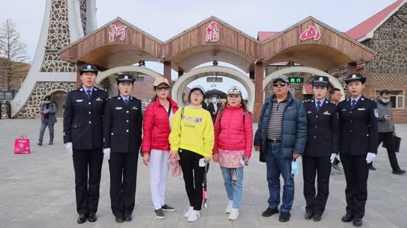 国庆节中秋节内蒙古民警及游客家属共同祝福祖国