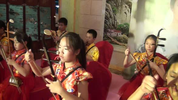 小学生集体表演二胡《赛马》很受观众的喜爱!