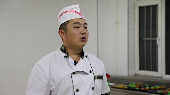 武警辽宁总队沈阳支队官兵自制月饼欢度佳节