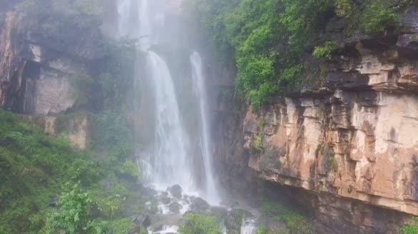 湖北宜昌:深山发现百米天然瀑布