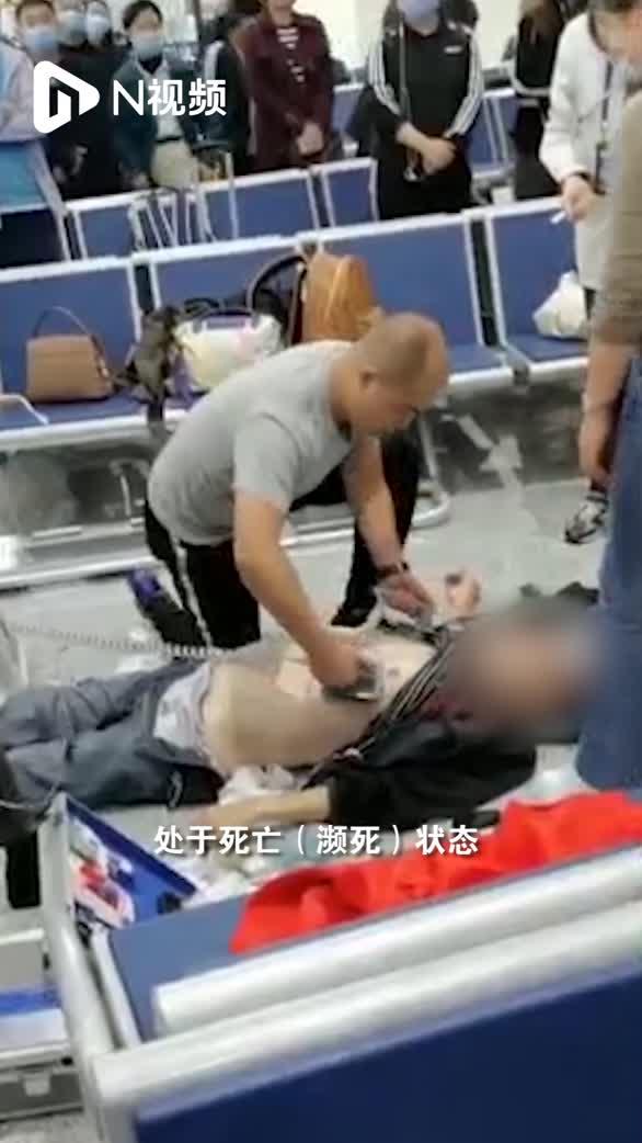 四川4名候机医护跪地救回心梗老人,患者生命体征已稳定