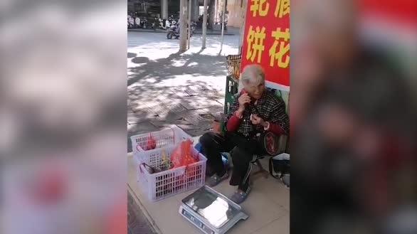 八旬老人边摆摊卖水果边看书:我把看书当做吃饭一样
