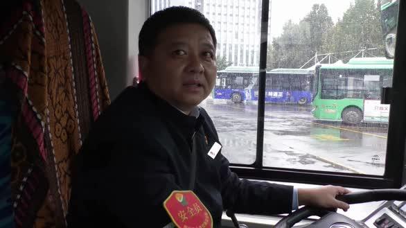 雨中公交司机把衣服脱给小学生,小学生穿上衣服后敬少先队礼致谢!