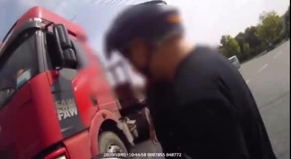 警惕大货车盲区!交警紧急吹哨救下处在货车盲区母女