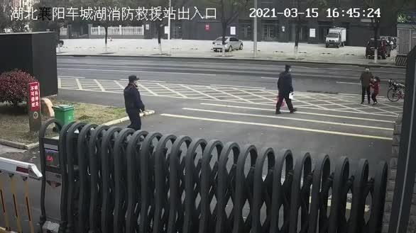 湖北襄陽:感動!小女孩過生日用壓歲錢買禮物送消防員