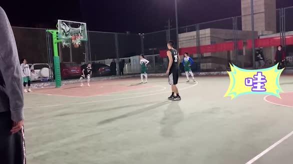 北京大四男生扣篮震碎篮板,引围观同学全场欢呼