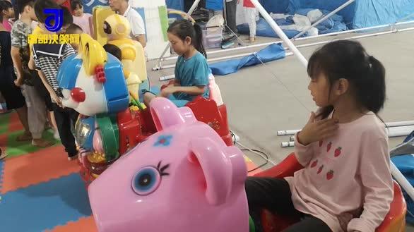 泸县地震安置点的中秋节:志愿者搬来游乐设施,小朋友高兴坏了